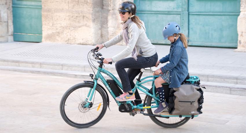 Mère et sa fille de 10 ans sur un vélo cargo électrique Yuba