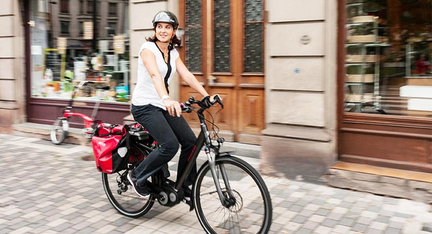 Strasbourgeoise roulant sur un vélo électrique de ville