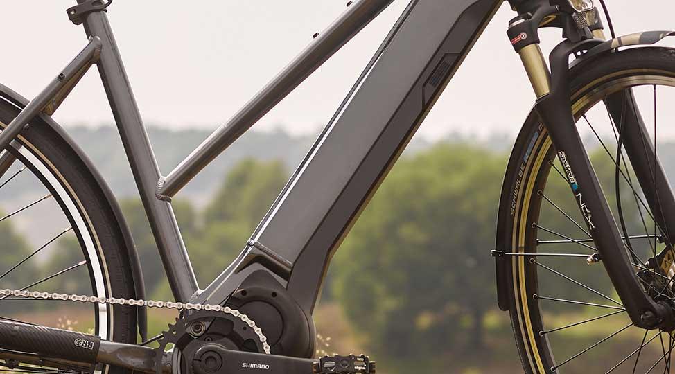 Cycliste portant la batterie de son vélo électrique pliant Brompton