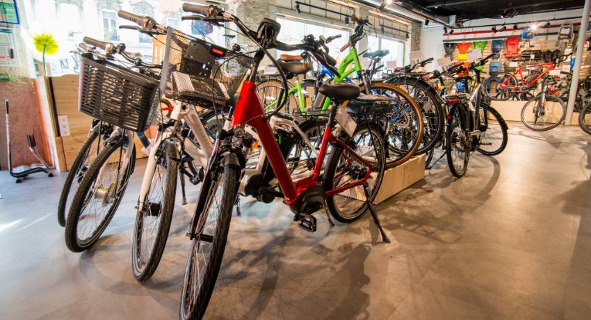 Vélos de villes présentés dans le magasin Cyclable à Vienne