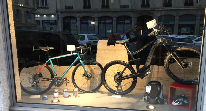 Vitrine de Cyclable Vienne avec deux vélos sportifs : gravel et VTTAE