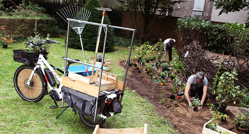 Vélo cargo rallongé dans un jardin partagé