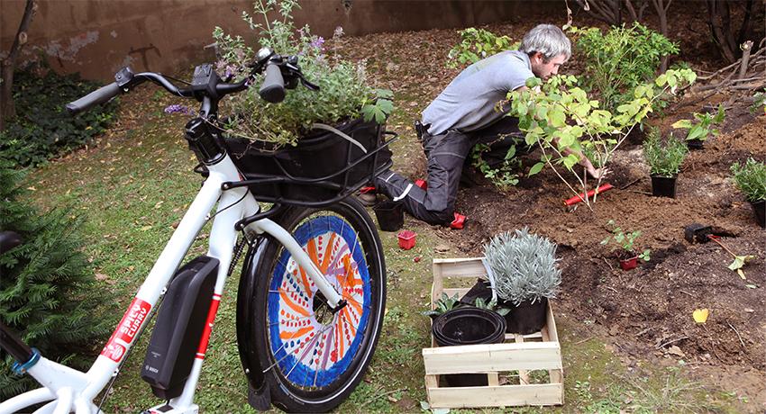 Jardinier professionnel qui utilise un vélo cargo rallongé