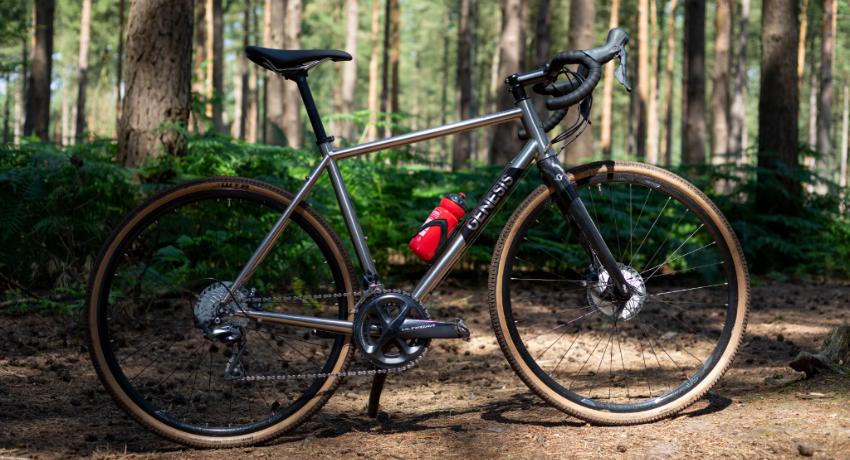 Vélo Genesis Croix de Fer Ti 2019 dans une forêt