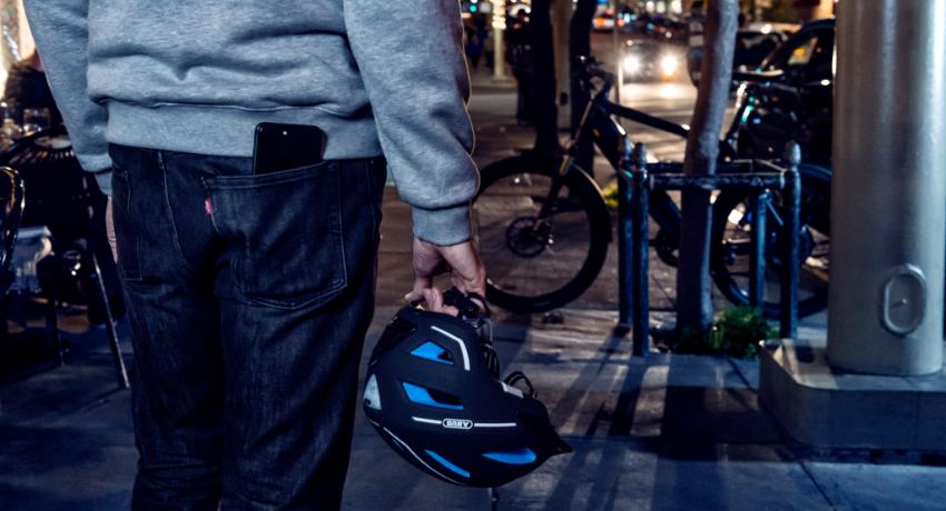 Cycliste utilisant un antivol velo connecte Abus