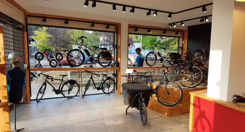 Vélos présentés à l'intérieur du magasin Cyclable Châtenay Malabry