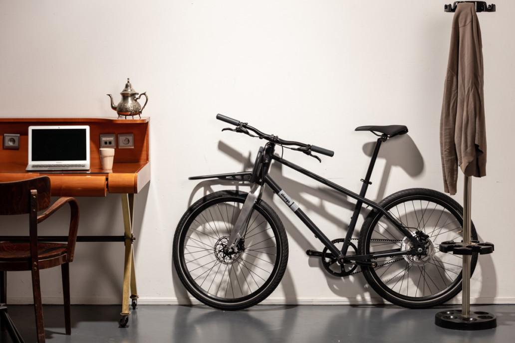 Vélo cargo Ahooga rangé dans un salon