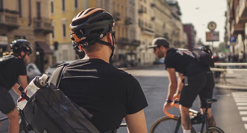 Cyclistes en ville portant des sacs Chrome