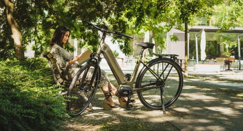 Cycliste assise à côté de son vélo électrique Kalkhoff tout intégré