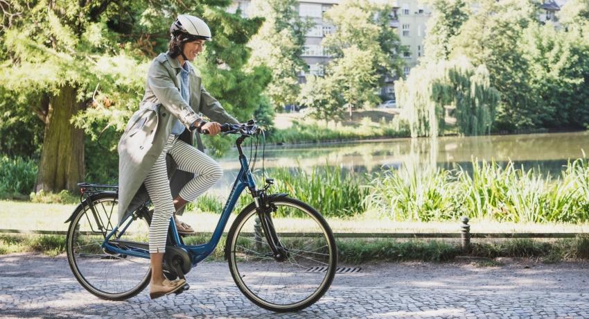 Jeune femme sur un vélo électrique Kalkhoff 2019 bleu