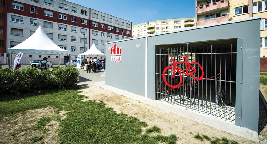Local à vélo et cycliste dans le cadre du programme Alvéole