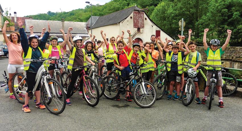 Groupe d'enfants pendant une sortie à vélo
