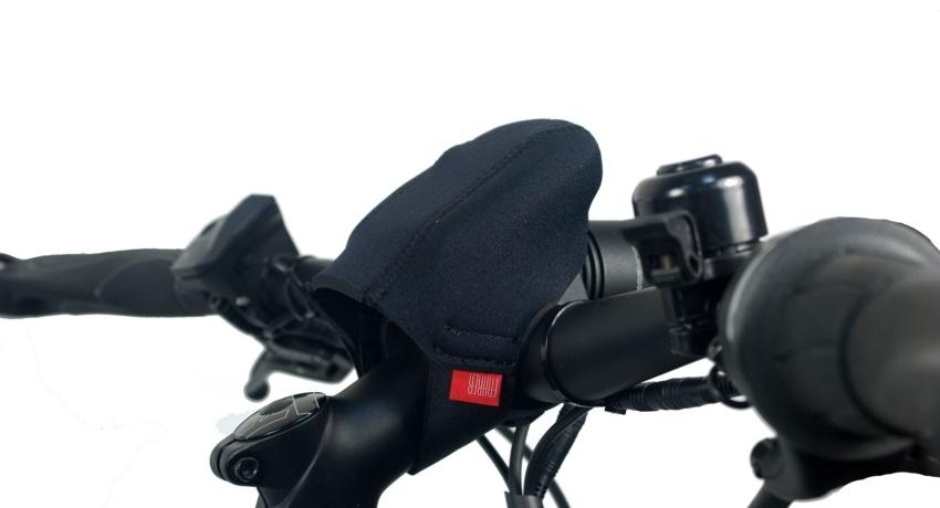 housse placée sur la console d'un vélo électrique