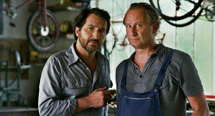 Raoul et son ami dans l'atelier de réparation de vélos