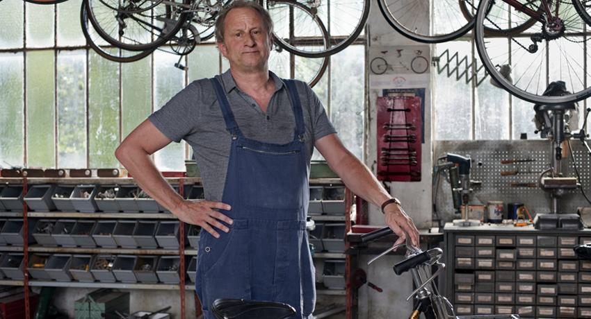 Raoul Taburin dans son atelier de réparation de vélos