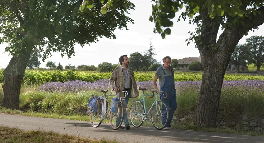 Raoul Taburin et son ami se promènent en marchant près de leurs vélos