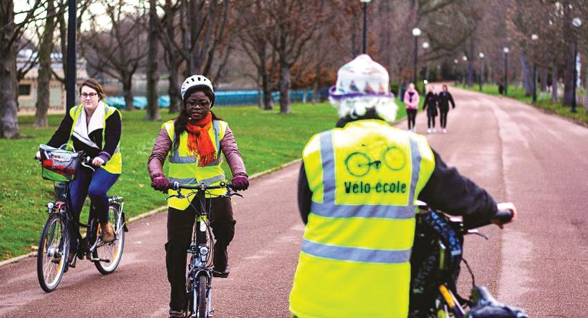 Elèves d'une vélo école sur leur bicyclette