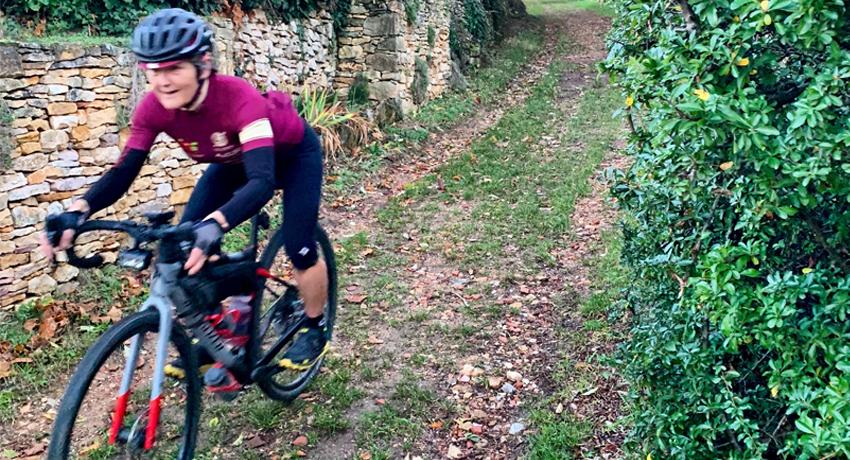 Cycliste sur son vélo de cyclotourisme