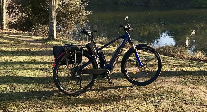 Vélo électrique Moustache le long d'un lac
