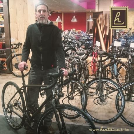 Voyageurs à vélo avec leur vélo Histoire