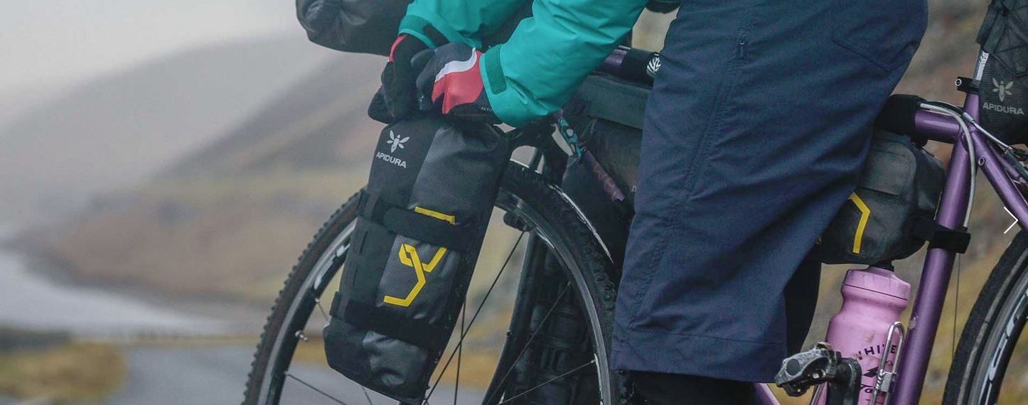 Gros plan sur le vélo et les sacoches bikepacking d'une cycliste ultra