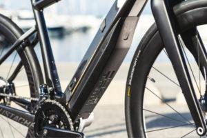 Gros plan sur moteur Bosch Active line plus sur vélo de course Moustache Dimanche 28