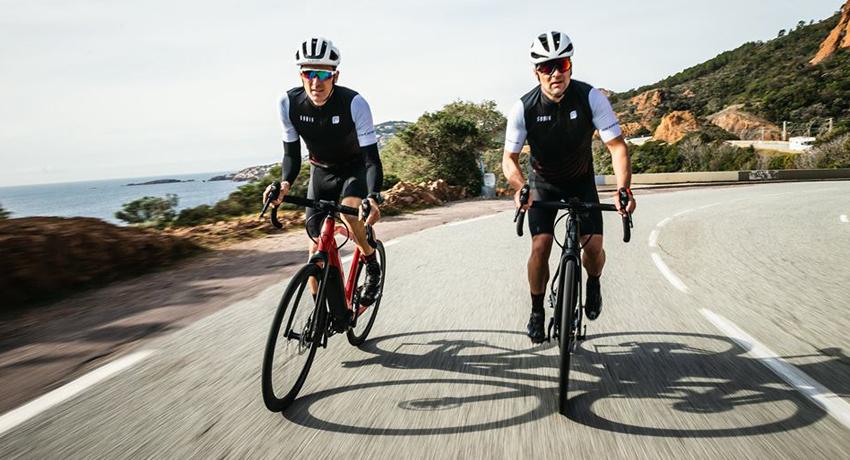 Deux cyclistes sur des vélos de route Moustache Dimanche 28.5