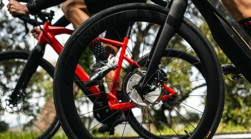 Deux vélos de route Moustache Dimanche 28 sur la route en gros plan