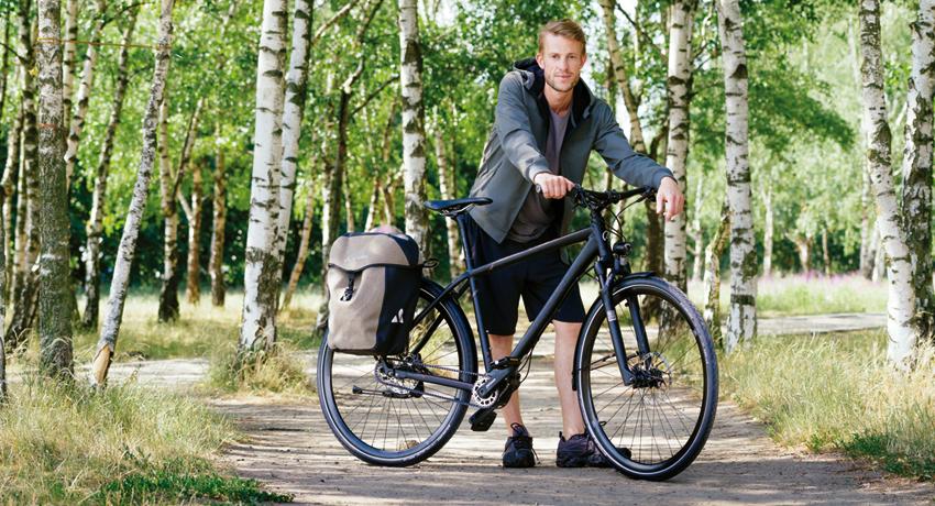 Cycliste près de son vélo de randonnée Kalkhoff XXL chargé
