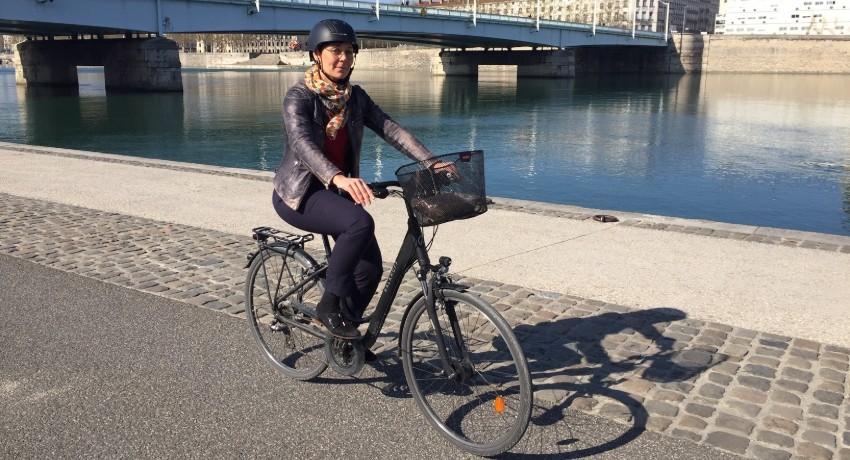 Marie et son vélo Kalkhoff Voyager 24