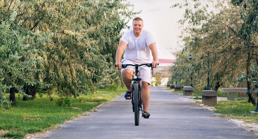 Cycliste grand gabarit sur un vélo XXL