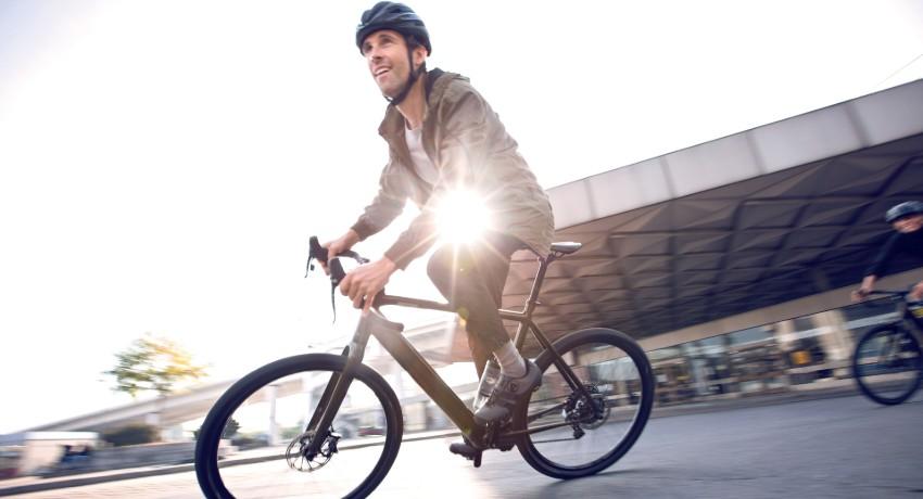Cycliste roulant sur un vélo électrique Coboc Torino