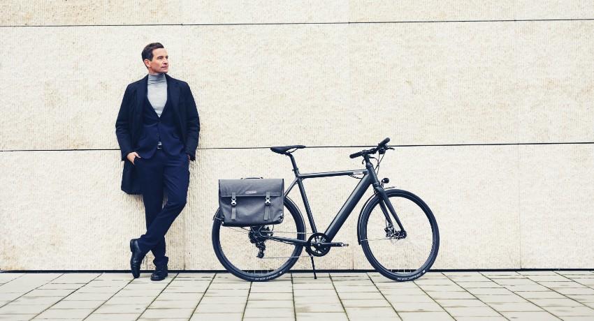 Homme près de son vélo électrique Coboc