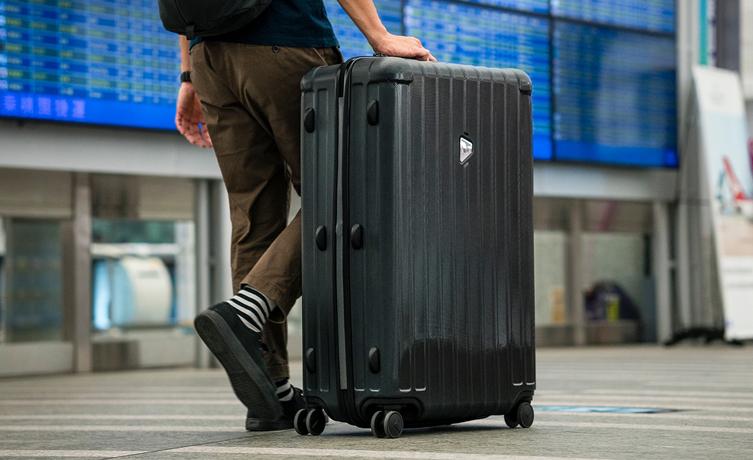 Vélo pliant Tern transporté dans une valise pour prendre l'avion