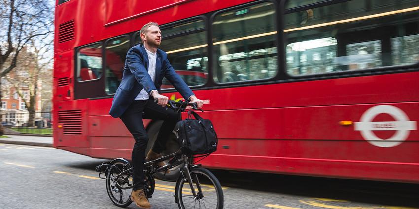 Cycliste roulant sur un vélo pliant Tern BYB