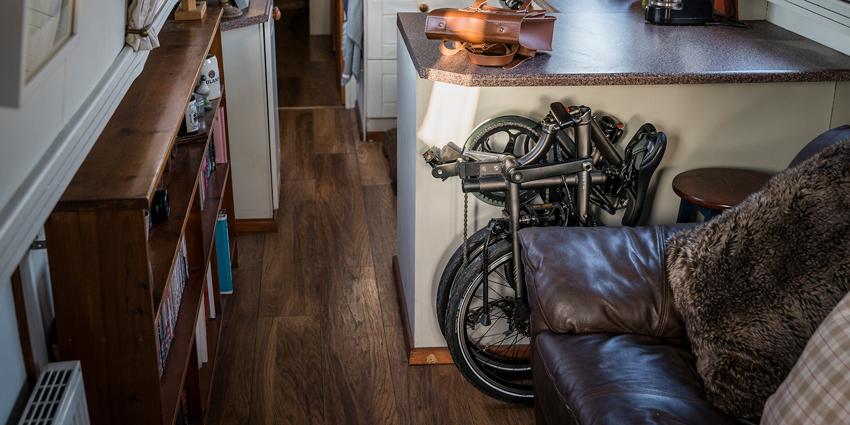 Vélo pliable ultra compact plié dans une maison