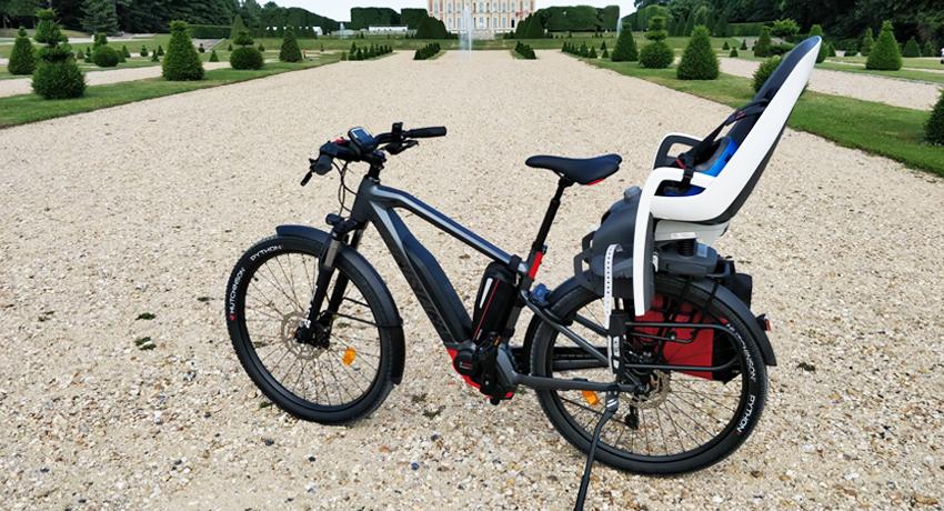 Vélo électrique Moustache Xroad 3 avec siège sur porte-bagages