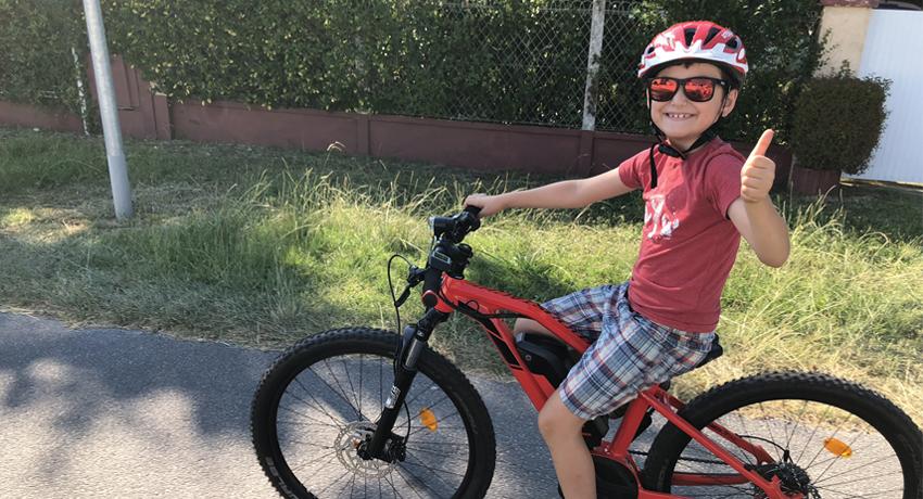 Enfant de 9 ans sur un VTT à assistance électrique