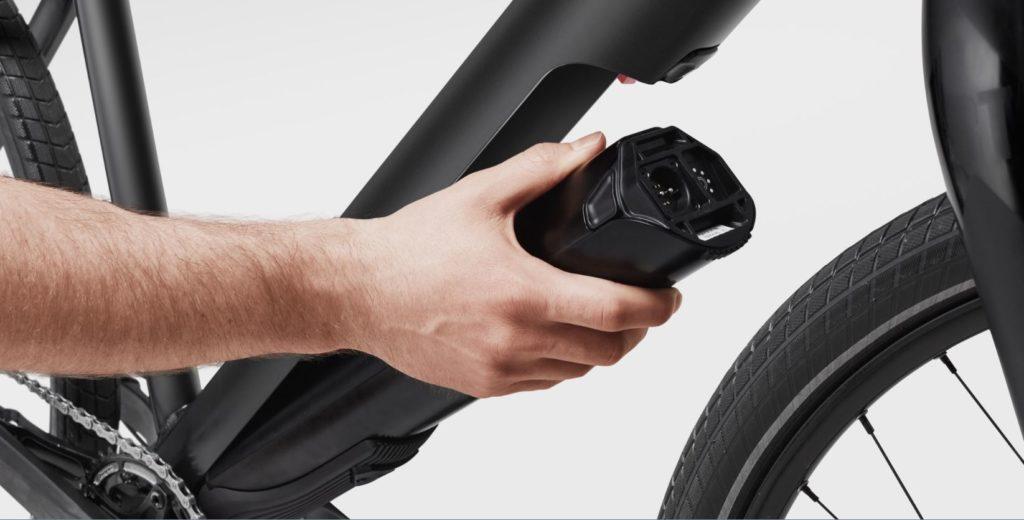 Cycliste remettant la batterie d'un vélo électrique moteur Fazua