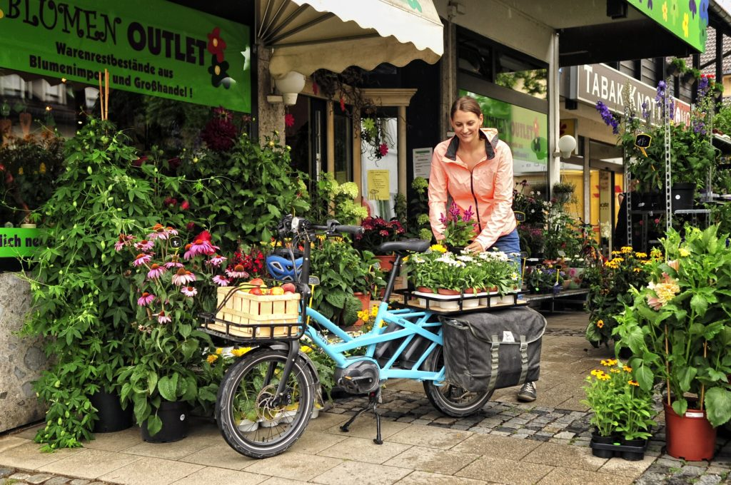 Fleuriste livrant ses fleurs à vélo cargo