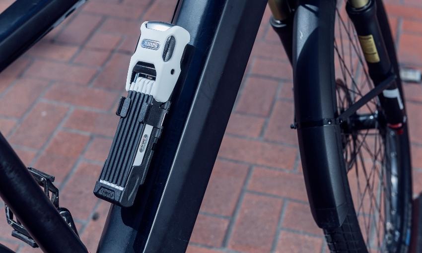 Antivol vélo replié et fixé sur le cadre d'un vélo