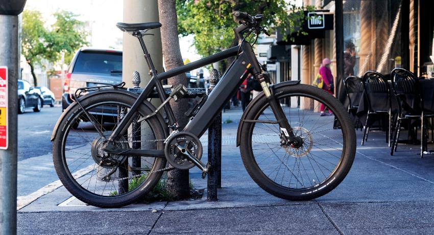 Vélo électrique attaché dans la rue en ville