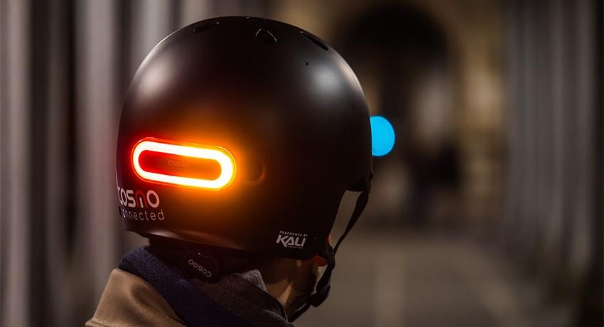 Cycliste avec casque eclairé Cosmo Ride