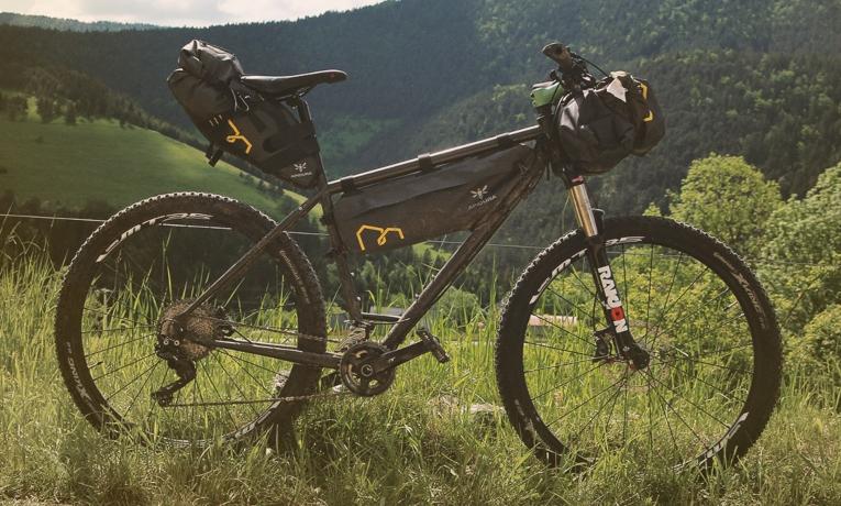 Vélo cadre acier Histoire Bike équipé en sacoches bikepacking