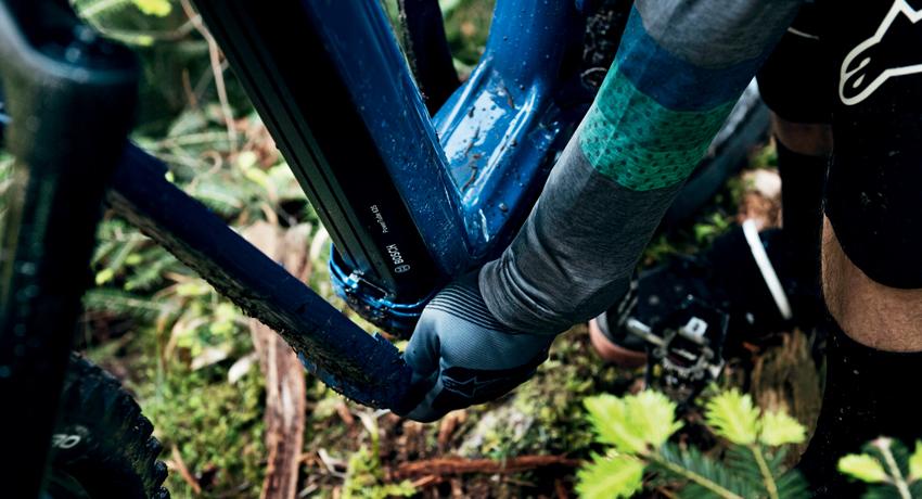 Cycliste soulevant le cache de la batterie de son VTTAE après une sortie