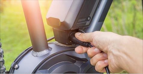 Cycliste rechargeant son vélo électrique