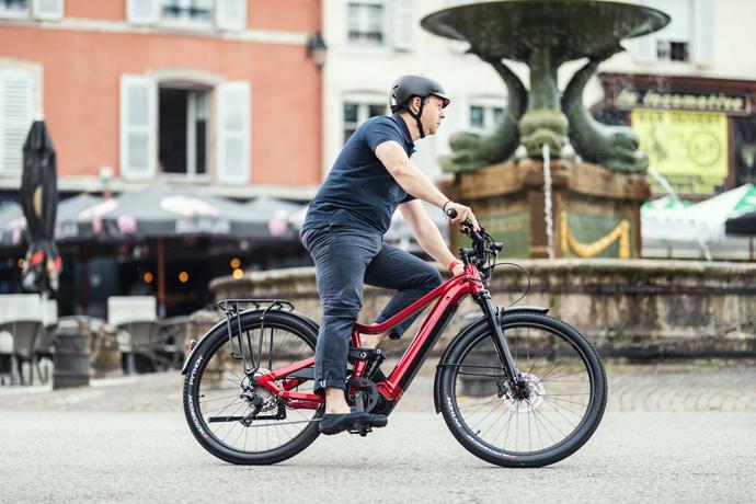 Homme fort gabarit sur vélo électrique grande taille