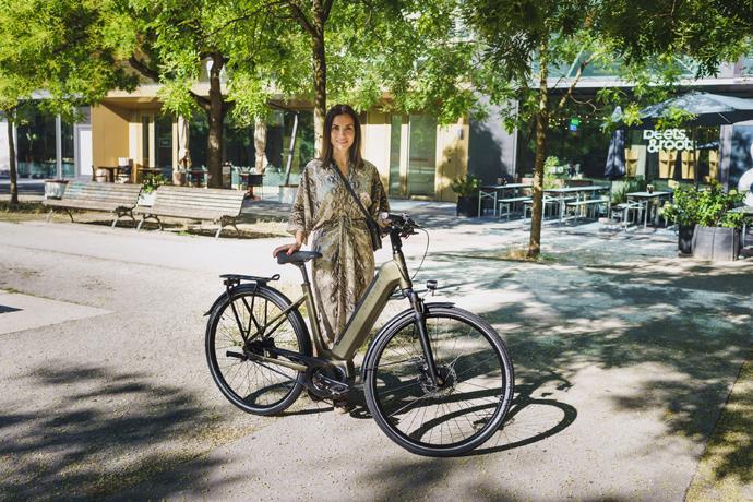 Cycliste près de son vélo électrique Kalkhoff Endeavour