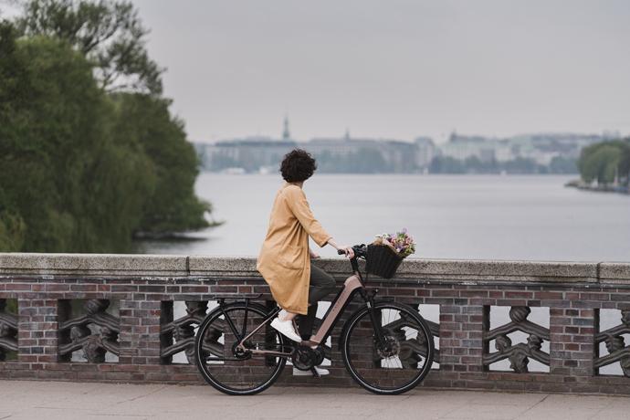 Cycliste arrêtée sur un pont en ville