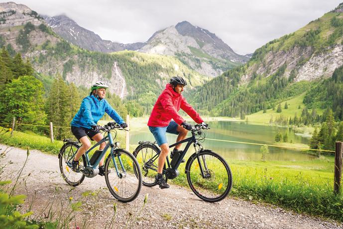 Couple en randonnée montagne sur des vélos électriques trekking